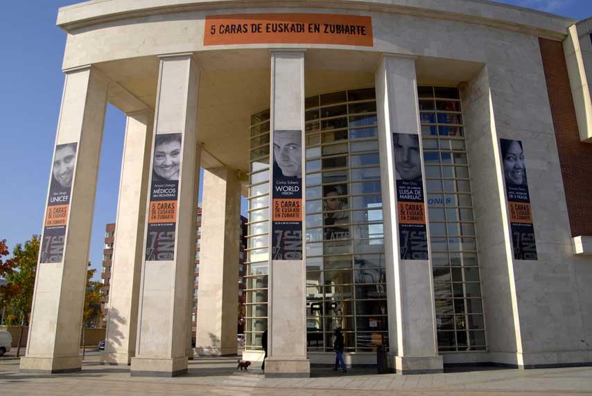 Fachada de Zubiarte con la cartelería del evento 5 Caras de Euskadi