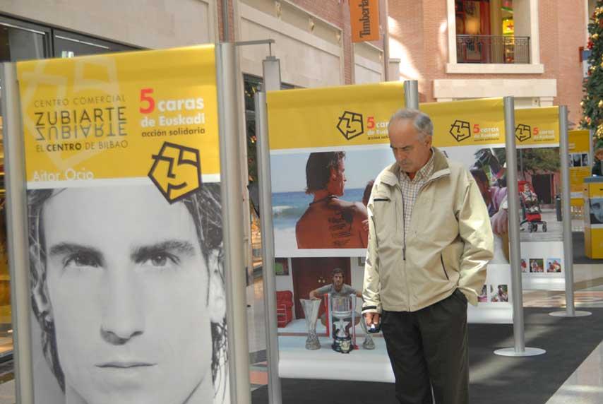 Hombre leyendo la exposición sobre Aitor Ocio en el evento 5 Caras de Euskadi de Zubiarte