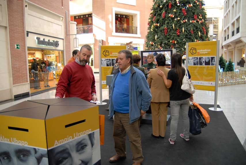 Participantes en el evento 5 Caras de Euskadi de Zubiarte, votando por su personaje preferido