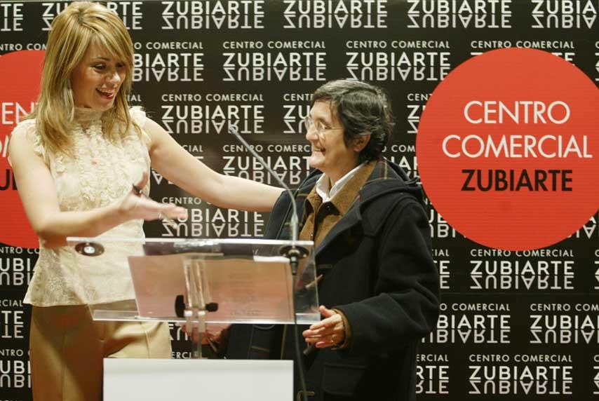 Representante de ONG recibiendo su cheque en el evento solidario 5 Caras de Euskadi en el Centro Comercial Zubiarte