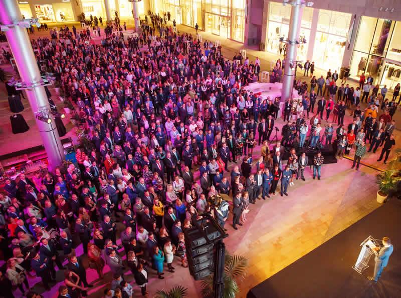 Público durante la ceremonia inaugural del centro comercial Alisios