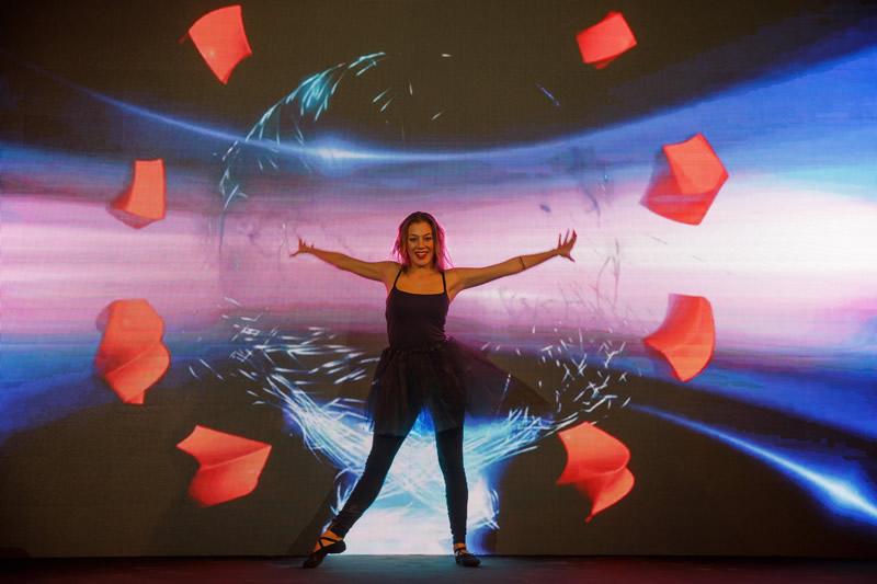 bailarina en la inauguración de Alisios, en un espectáculo de danza interactiva