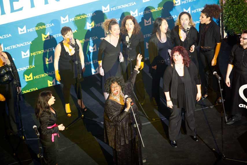 Grupo de gospel cantando en la inauguración de Arenas de Barcelona