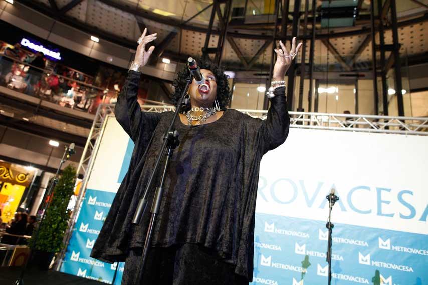 Sheilah Cuffy cantando en la inauguración de Arenas de Barcelona