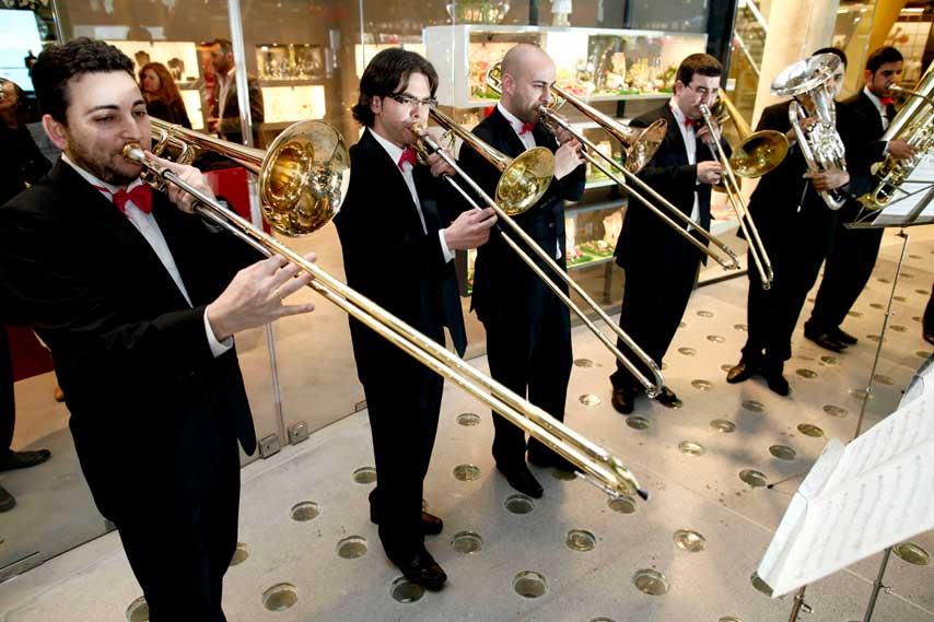 Grupo de músicos de viento en la inauguración de Arenas de Barcelona
