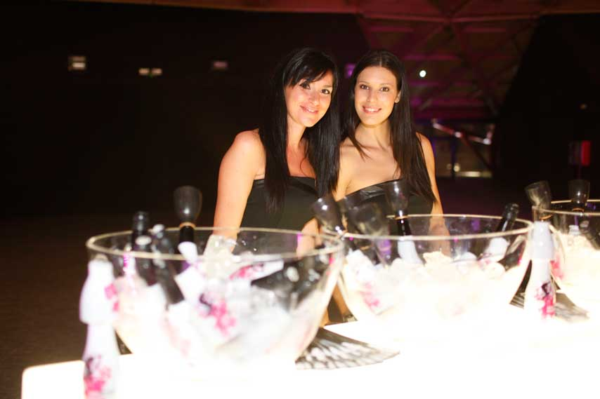 Camareras en la fiesta privada de la inauguración de Arenas de Barcelona
