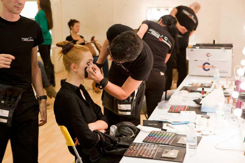 maquillador y modelo en el backstage del desfile Causa y Seducción
