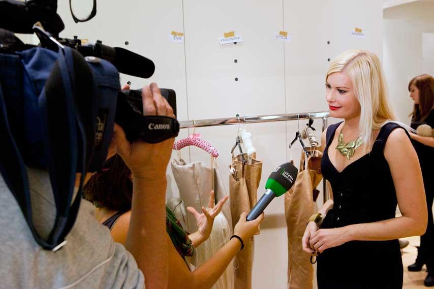 prensa entrevistando a Maya Hansen en el backstage del desfile Causa y Seducción, en el centro comercial Sexta Avenida de Madrid