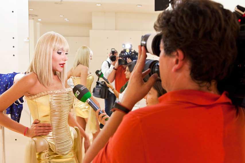 prensa entrevistando a modelo en el backstage del desfile Causa y Seducción, en el centro comercial Sexta Avenida de Madrid