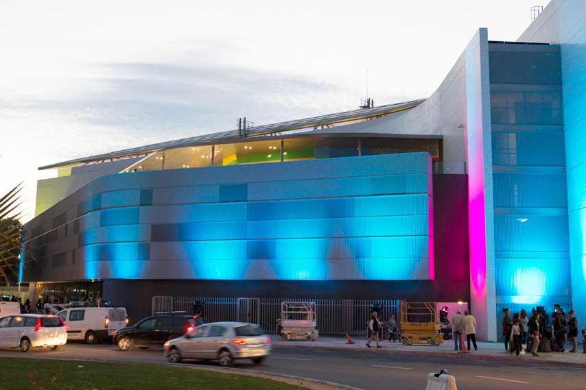 fachada iluminada del centro comercial La Fira