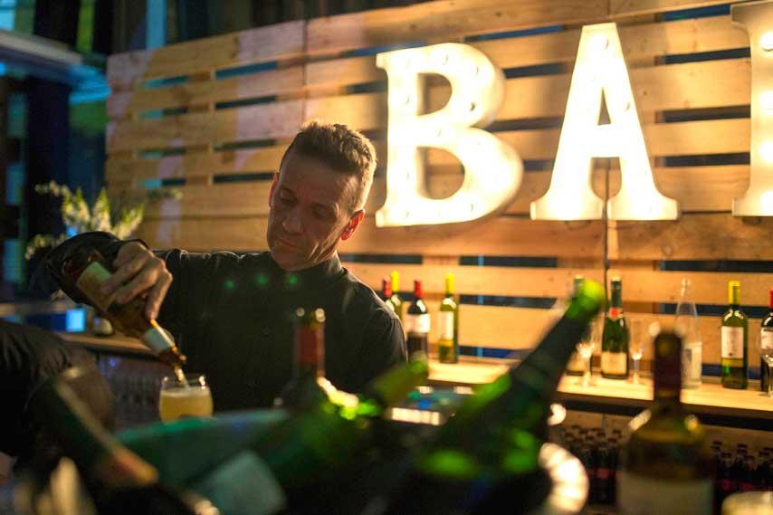 camarero sirviendo una cerveza en el bar de la inauguración de La Fira