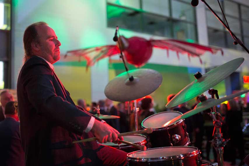Músico tocando la batería en la inauguración de La Fira