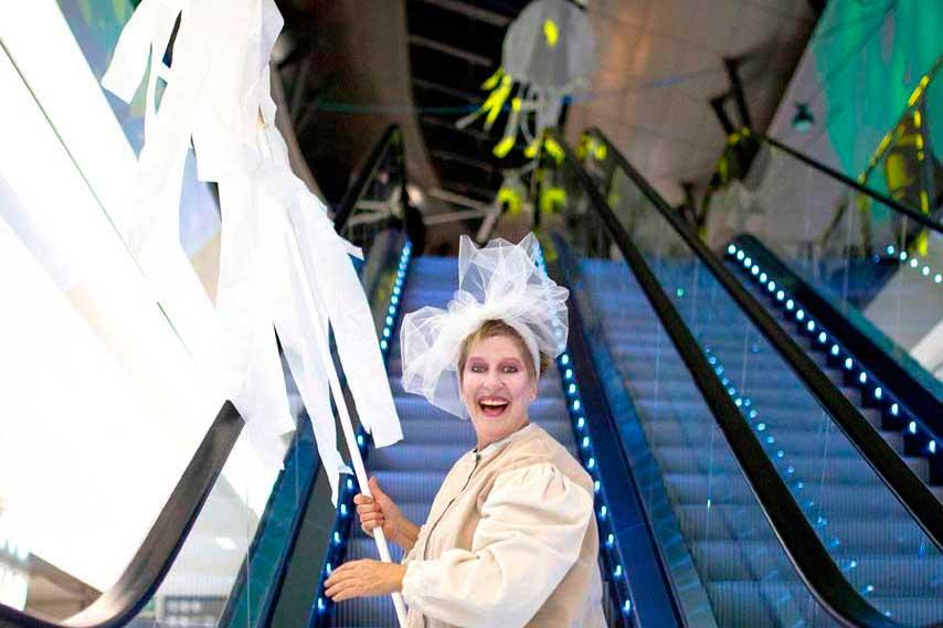 Actriz sonriente vestida de blanco en la inauguración de La Fira