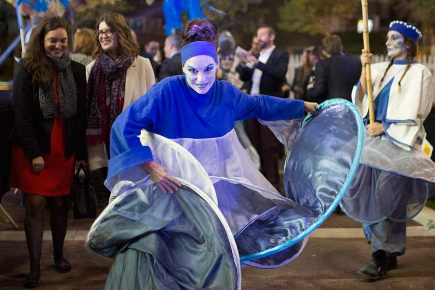 Actriz moviéndose entre el público en la inauguración de La Fira