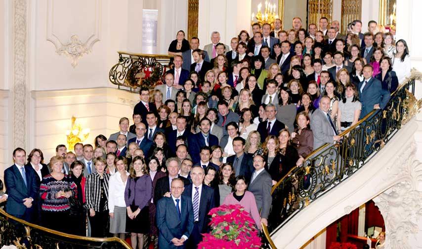 Asistentes a la cena de Navidad de ING RED en el Casino de Madrid, posando en la escalera