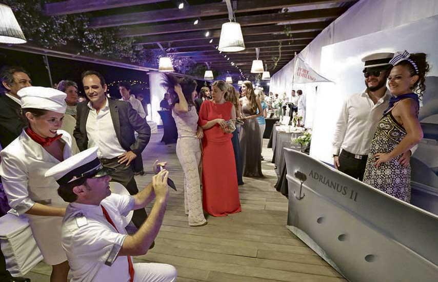 Invitados divirtiéndose en el photocall de La Nata y La Flor de Port Adriano