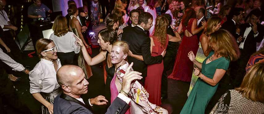 Invitados bailando en La Nata y La Flor en Port Adriano