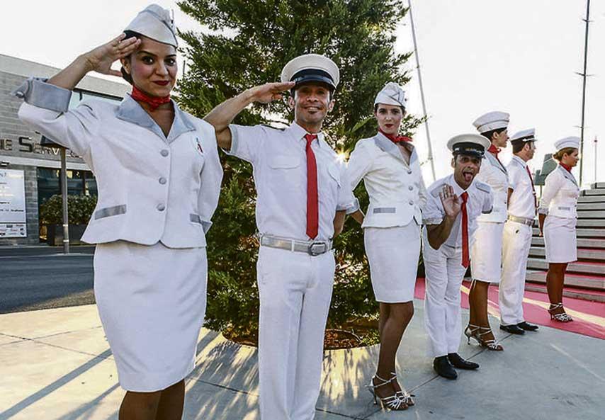 Actores saludando a los invitados a su llegada a la fiesta de La Nata y La Flor en Port Adriano