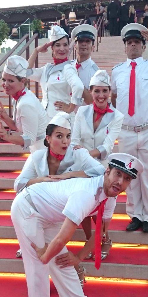 Actores saludando en la entrada de la fiesta La Nata y La Flor en Port Adriano
