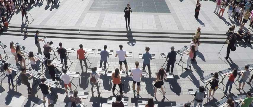 Músicos participantes en un flashmob en la Plaza de Oriente