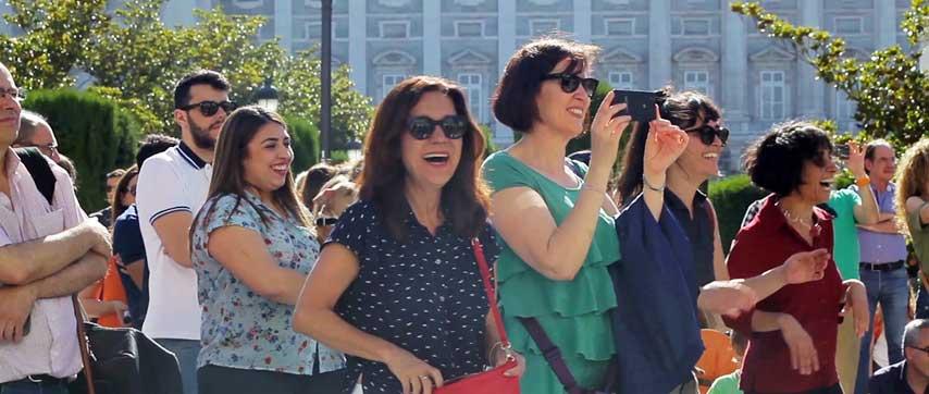 Público asistente a un flashmob en la plaza de Otriente