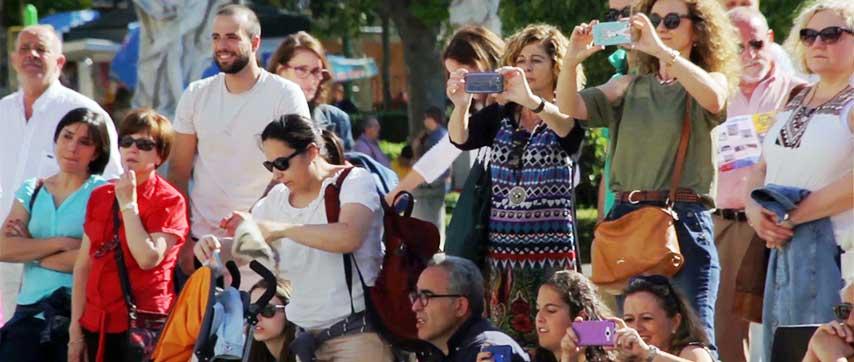 Público asistente a un flashmob fotografiando el evento