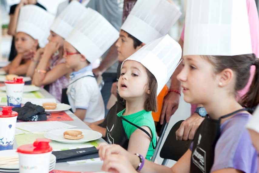 Niños en un taller de cocina