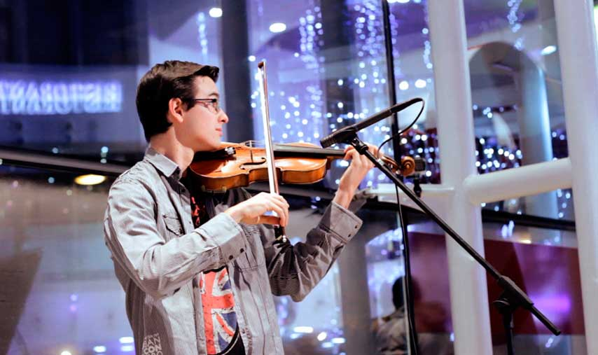 chico tocando el violín en un flashmob