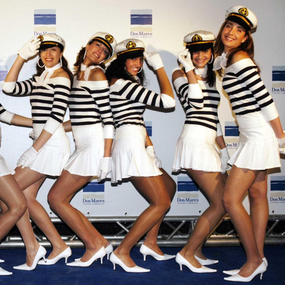 Azafatas vestidas de marineras en la inauguración del centro comercial Dos Mares